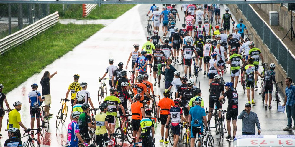 En la pista desde el atardecer hasta el amanecer con 12H Cycling Marathon